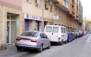 El carrer de Margarida Xirgu amb la vorera-aparcament (5/10/04)