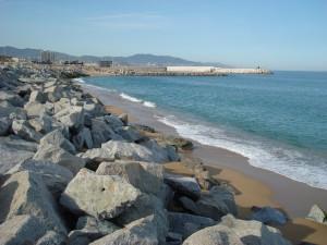 Estat de la platja al sud del port, sense sorra.