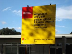 Rètol de l'obra de la nova escola on diu que és l'ampliació del CEIP Lola Anglada