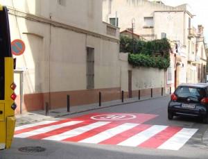 Foto zona 30 pintada al terra en vermell