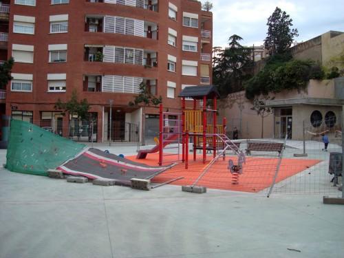 Fotografía de l'espai de jocs infantils amb el nou terra i la tanca que l'envolta