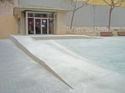 Fotografia de la rampa d'entrada a peu al aparcament de la Plaça de Les Gavines